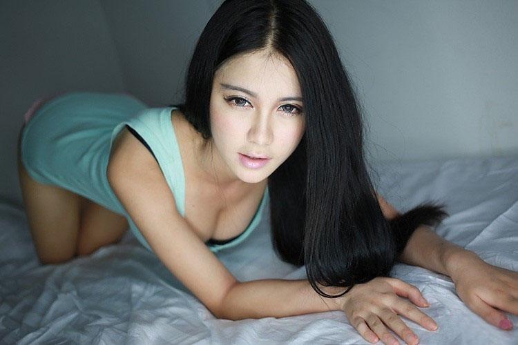 王熙然荧光绿比基尼床上写真 迷情内衣秀